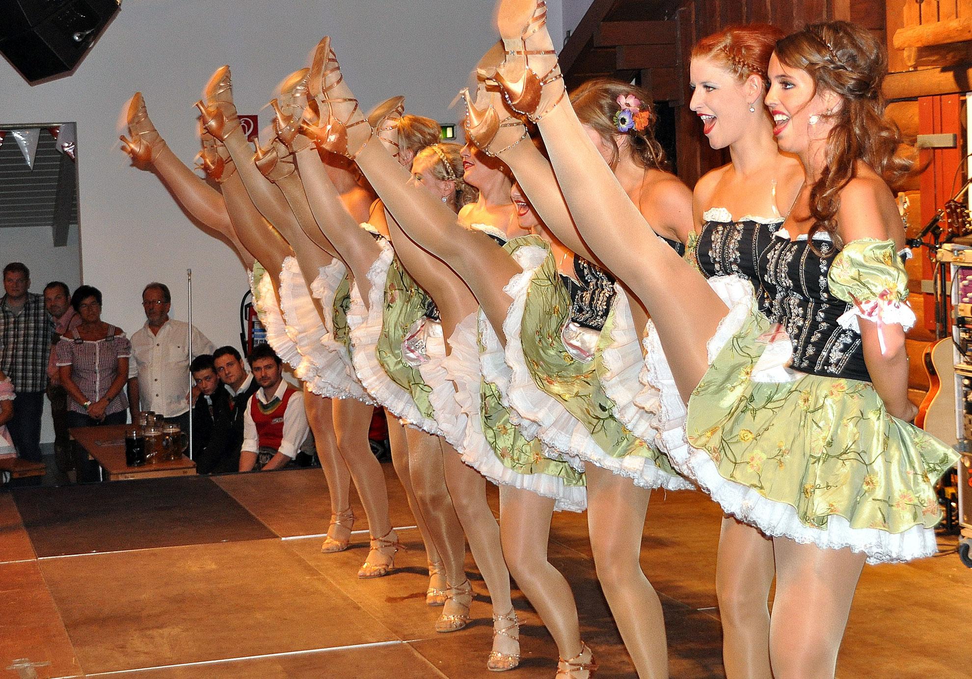 Tanzgruppe schwingen das Bein auf der Wies'n Gaudi in Eicherscheid