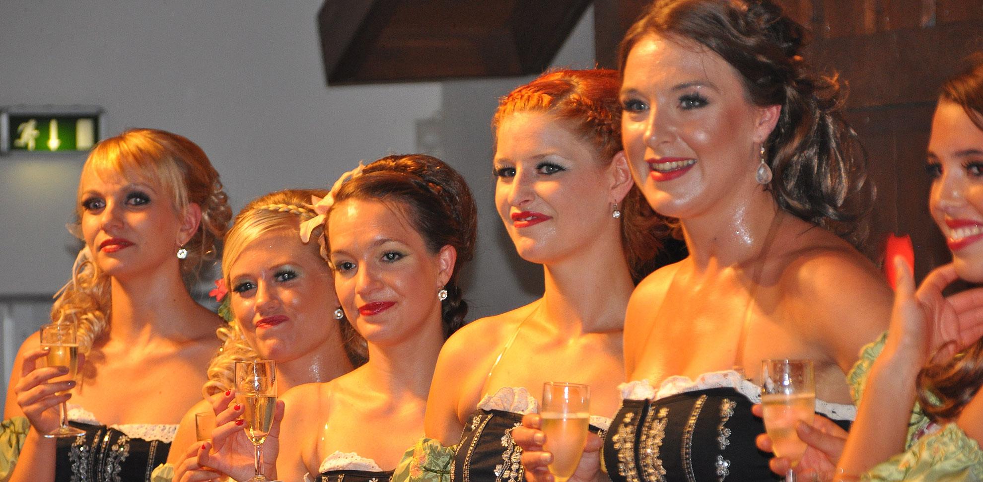 Die Tanzgruppe Frauen heizt die Stimmung ein auf der Wies'n Gaudi